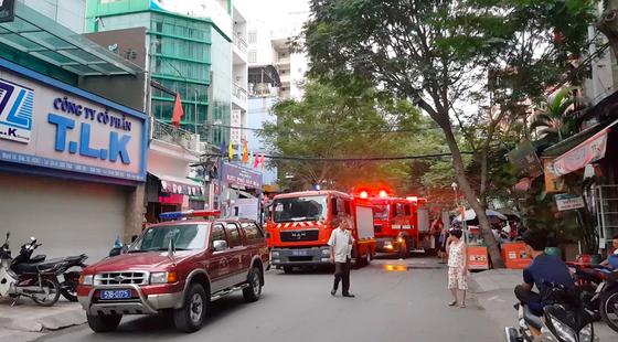 Giải cứu 2 người mắc kẹt trong đám cháy chung cư ở TPHCM ảnh 3