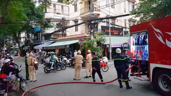 Giải cứu 2 người mắc kẹt trong đám cháy chung cư ở TPHCM ảnh 4