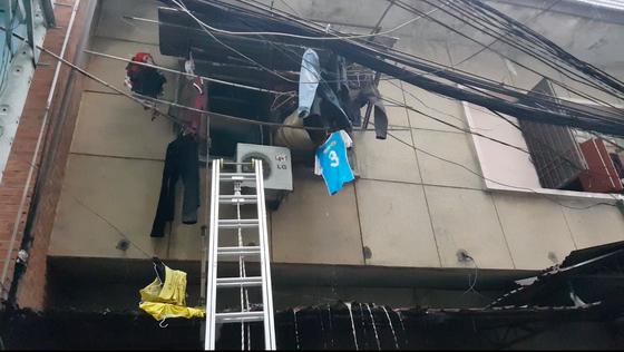 Giải cứu 2 người mắc kẹt trong đám cháy chung cư ở TPHCM ảnh 1