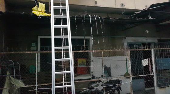 Giải cứu 2 người mắc kẹt trong đám cháy chung cư ở TPHCM ảnh 5