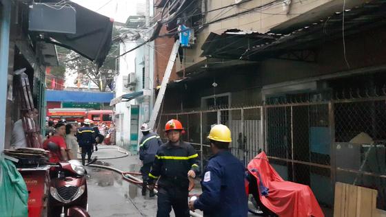 Giải cứu 2 người mắc kẹt trong đám cháy chung cư ở TPHCM ảnh 2