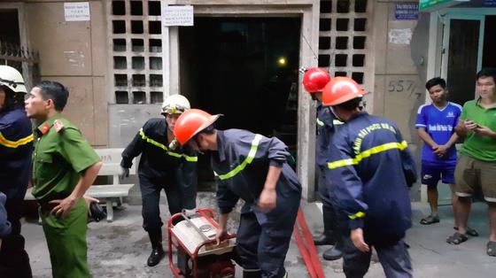Giải cứu 2 người mắc kẹt trong đám cháy chung cư ở TPHCM ảnh 9