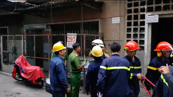 Giải cứu 2 người mắc kẹt trong đám cháy chung cư ở TPHCM ảnh 11