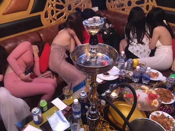 Đột kích nhà hàng, khách sạn ở trung tâm TPHCM, gần 100 nữ tiếp viên ăn mặc hở hang ảnh 8