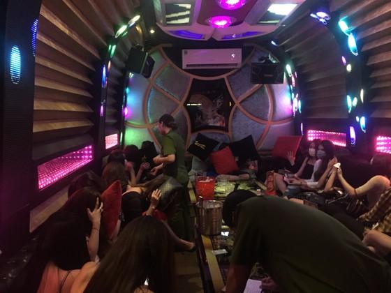 Đột kích nhà hàng, khách sạn ở trung tâm TPHCM, gần 100 nữ tiếp viên ăn mặc hở hang ảnh 7