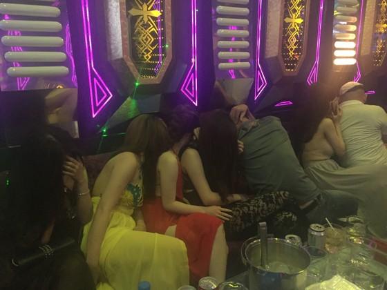 Đột kích nhà hàng, khách sạn ở trung tâm TPHCM, gần 100 nữ tiếp viên ăn mặc hở hang ảnh 14