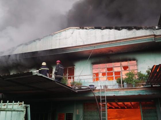 Hơn 100 chiến sĩ chữa cháy tại công ty sản xuất khăn lạnh ở TPHCM ảnh 5