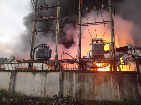 Hơn 100 chiến sĩ chữa cháy tại công ty sản xuất khăn lạnh ở TPHCM ảnh 4
