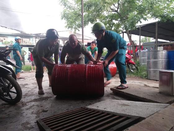 Hơn 100 chiến sĩ chữa cháy tại công ty sản xuất khăn lạnh ở TPHCM ảnh 2