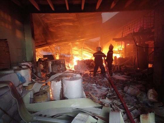 Hơn 100 chiến sĩ chữa cháy tại công ty sản xuất khăn lạnh ở TPHCM ảnh 7
