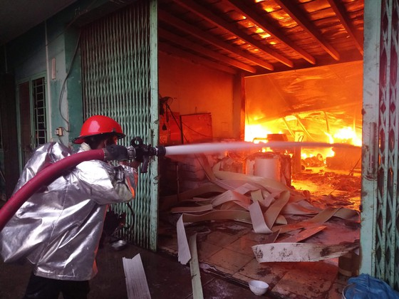 Hơn 100 chiến sĩ chữa cháy tại công ty sản xuất khăn lạnh ở TPHCM ảnh 6