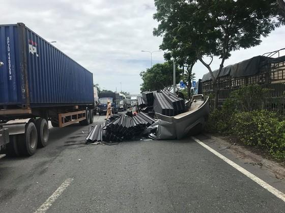 Xe container mất đầu sau cú phanh gấp, tài xế mắc kẹt kêu cứu, quốc lộ 1A ùn ứ kéo dài ảnh 4