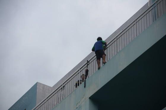 Giải cứu thanh niên dọa nhảy lầu ở Bệnh viện Trưng Vương ảnh 3