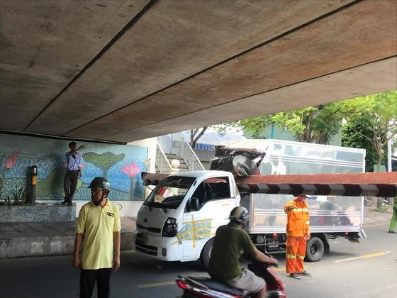 Xe tải kéo ngã thanh barie dưới cầu Bông, giao thông ùn ứ ảnh 3