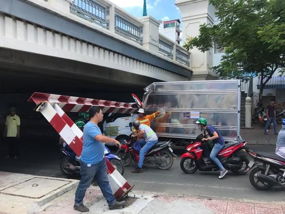 Xe tải kéo ngã thanh barie dưới cầu Bông, giao thông ùn ứ ảnh 5