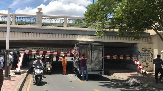 Xe tải kéo ngã thanh barie dưới cầu Bông, giao thông ùn ứ ảnh 7
