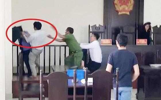 Khởi tố người tấn công kiểm sát viên, công an, phóng viên tại tòa án ảnh 1