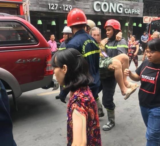 Giải cứu cặp vợ chồng mắc kẹt trong cửa hàng bốc cháy ở khu phố Tây ảnh 3
