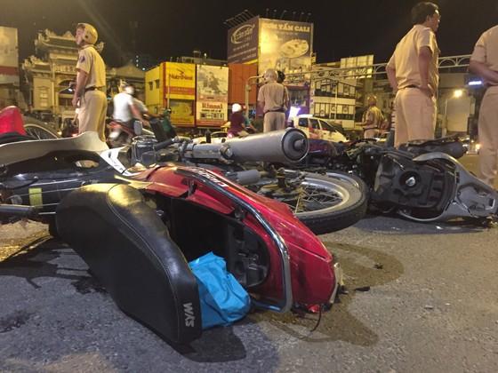 Nữ tài xế ô tô có biểu hiện say xỉn tông hàng loạt xe, một người chết ảnh 11