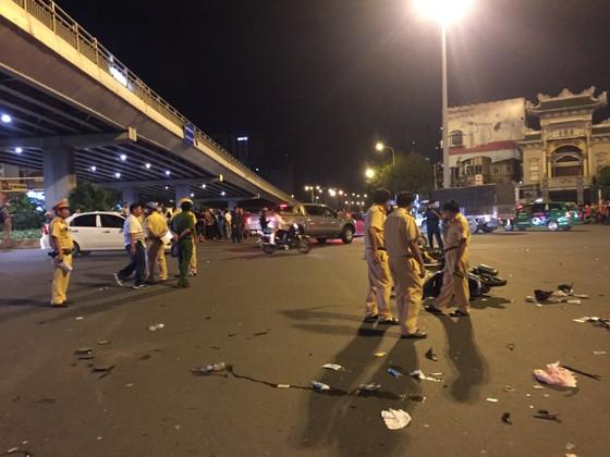 Nữ tài xế ô tô có biểu hiện say xỉn tông hàng loạt xe, một người chết ảnh 12