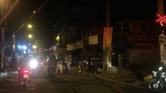 Người dân thoát khỏi căn nhà bốc cháy ở quận Phú Nhuận ảnh 9