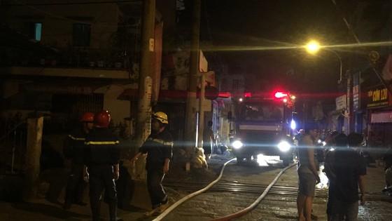 Người dân thoát khỏi căn nhà bốc cháy ở quận Phú Nhuận ảnh 11