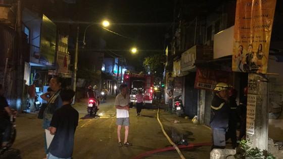 Người dân thoát khỏi căn nhà bốc cháy ở quận Phú Nhuận ảnh 12