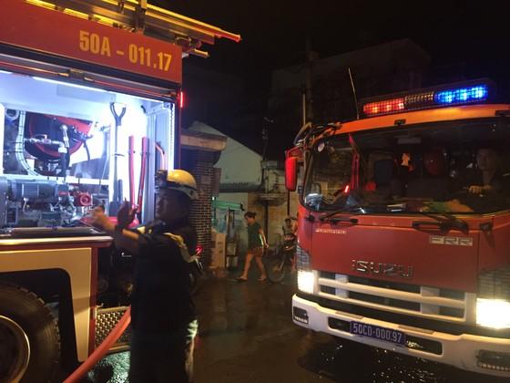 Người dân thoát khỏi căn nhà bốc cháy ở quận Phú Nhuận ảnh 15