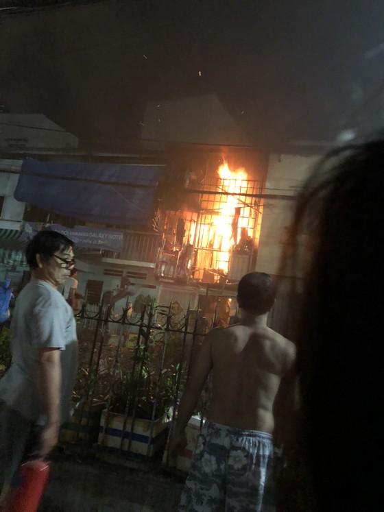 Người dân thoát khỏi căn nhà bốc cháy ở quận Phú Nhuận ảnh 4