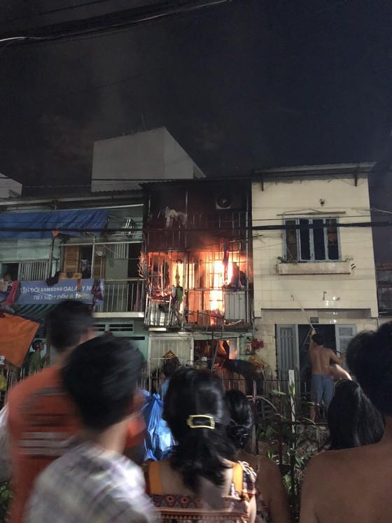 Người dân thoát khỏi căn nhà bốc cháy ở quận Phú Nhuận ảnh 5