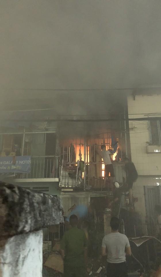 Người dân thoát khỏi căn nhà bốc cháy ở quận Phú Nhuận ảnh 6