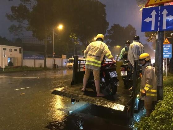 Lực lượng CSGT TPHCM để lại ấn tượng đẹp với người dân trong cơn bão số 9 ảnh 7