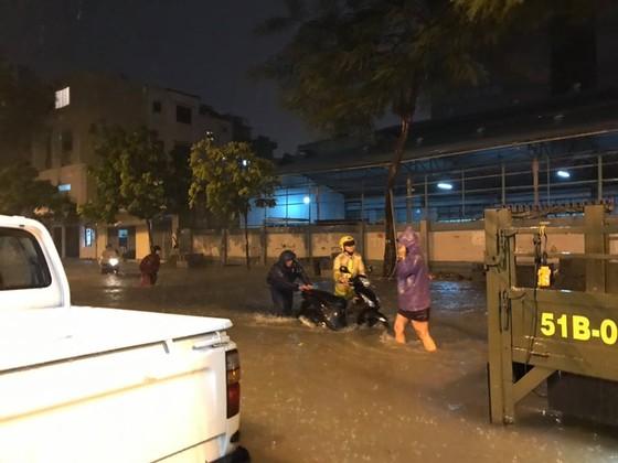 Lực lượng CSGT TPHCM để lại ấn tượng đẹp với người dân trong cơn bão số 9 ảnh 4