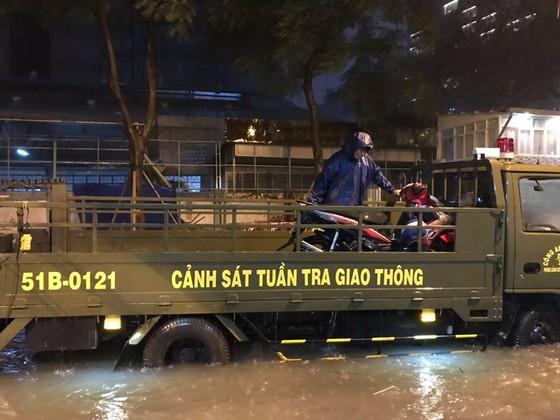 Lực lượng CSGT TPHCM để lại ấn tượng đẹp với người dân trong cơn bão số 9 ảnh 5