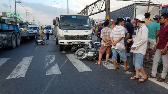 Hai vụ tai nạn khiến 1 người tử vong, nhiều người bị thương ở TPHCM ảnh 1