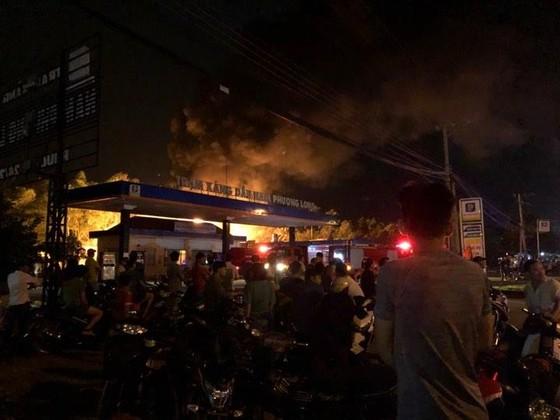 Cháy lớn ở cây xăng, nhiều người hoảng sợ ảnh 2