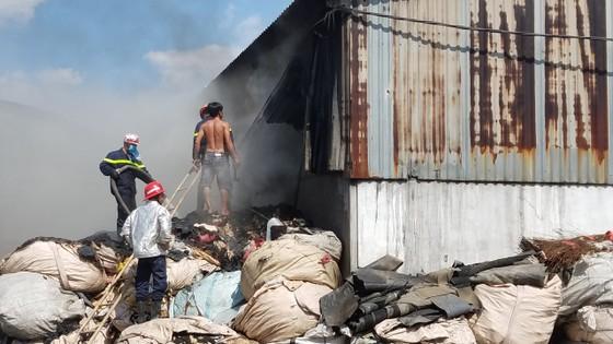 Hai xưởng phế liệu bốc cháy dữ dội ở huyện Bình Chánh ảnh 3