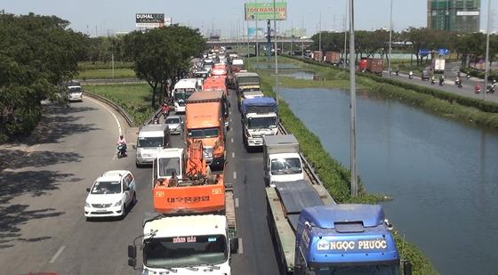 5 xe va chạm liên hoàn trên cầu Bình Điền ảnh 4
