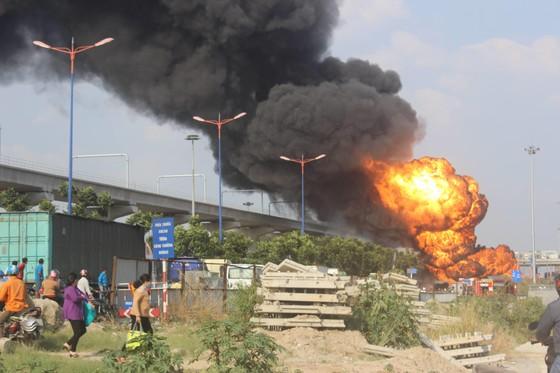 Xe bồn chở xăng dầu bốc cháy dữ dội trên xa lộ Hà Nội ảnh 1