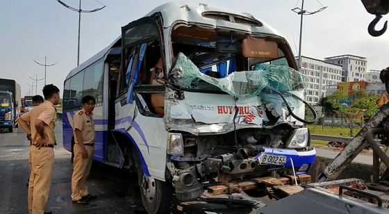 Xe khách tông đuôi xe container, nhiều người bị thương nhập viện cấp cứu ảnh 1