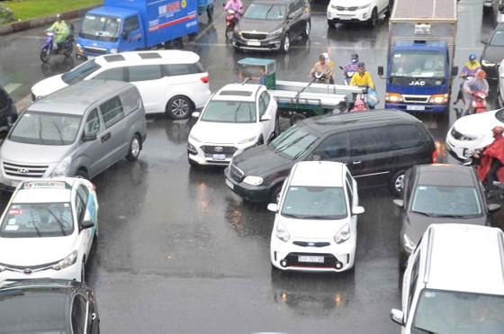 Cơn mưa 'giải nhiệt' ở TPHCM khiến nhiều người té ngã trên đường ảnh 1
