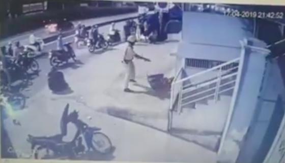 Xôn xao clip CSGT chĩa súng, đánh 2 người sau va chạm giao thông ảnh 2