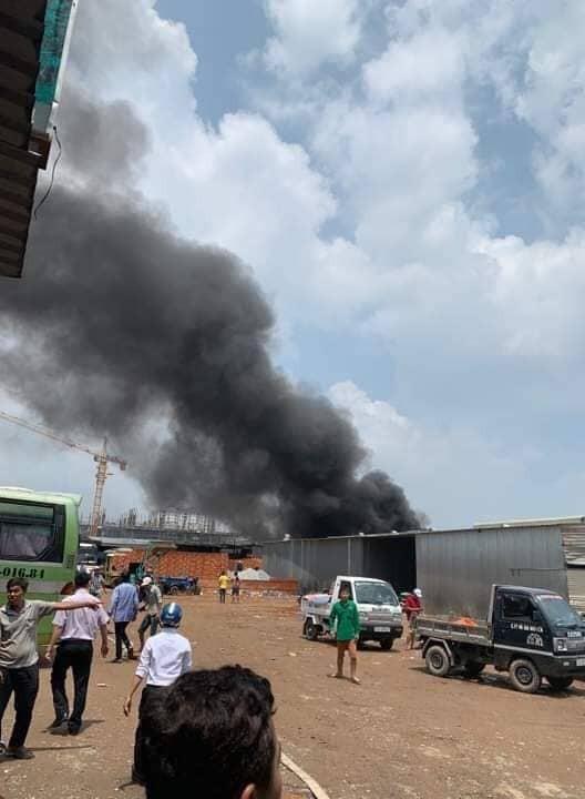 Cháy kho chứa hàng, nhiều nơi mất điện, kẹt xe giữa trưa ảnh 3
