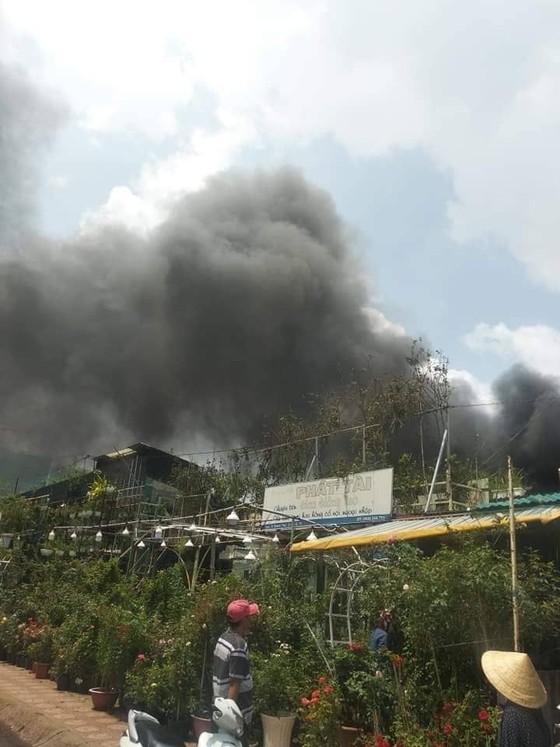 Cháy kho chứa hàng, nhiều nơi mất điện, kẹt xe giữa trưa ảnh 2