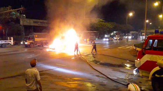 Xe ô tô bốc cháy trên Quốc lộ 1, tài xế cùng hành khách thoát chết ảnh 1