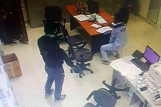 Hai kẻ dùng súng khống chế nhân viên trạm thu phí cướp 2,2 tỷ đồng ở tù 39 năm ảnh 3