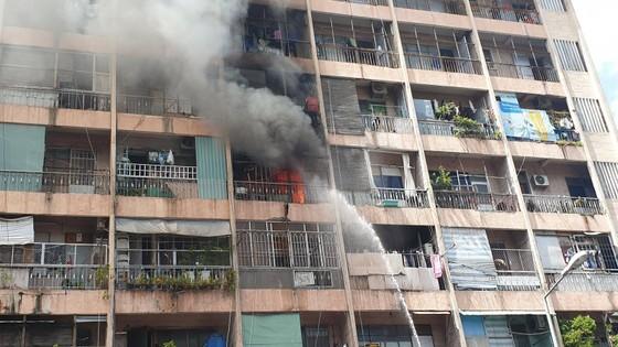 Giải cứu gần 30 người mắc kẹt trong đám cháy ký túc xá ở TPHCM ảnh 7