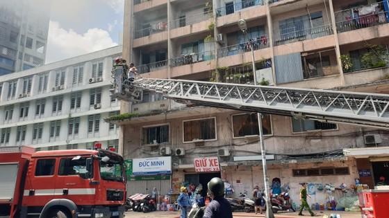 Giải cứu gần 30 người mắc kẹt trong đám cháy ký túc xá ở TPHCM ảnh 8