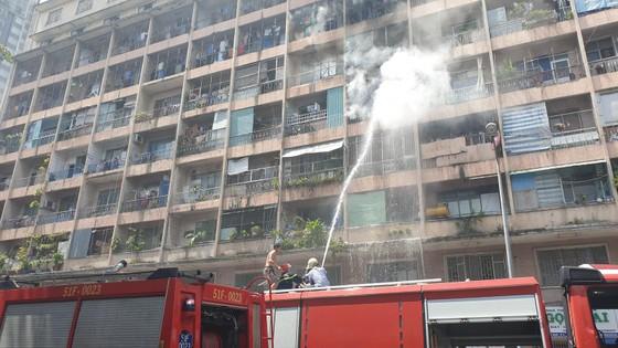 Giải cứu gần 30 người mắc kẹt trong đám cháy ký túc xá ở TPHCM ảnh 9