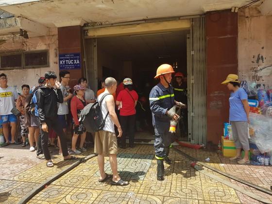 Giải cứu gần 30 người mắc kẹt trong đám cháy ký túc xá ở TPHCM ảnh 1